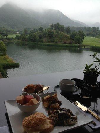 Fuchun Resort: lovely breakfast view at the terrace