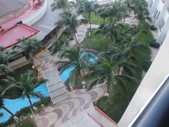 Crown Paradise Club Cancun: Vista de la planta baja del hotel desde la habitación