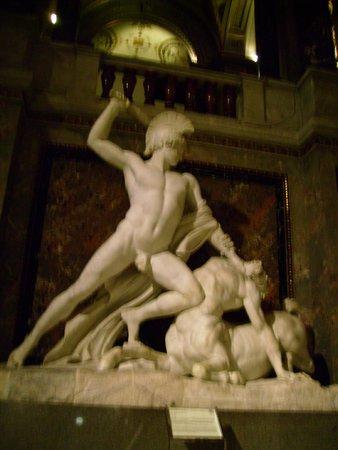 Kunsthistorisches Museum: Teseu e o Minotauro- Antonio Canova, na escadaria.