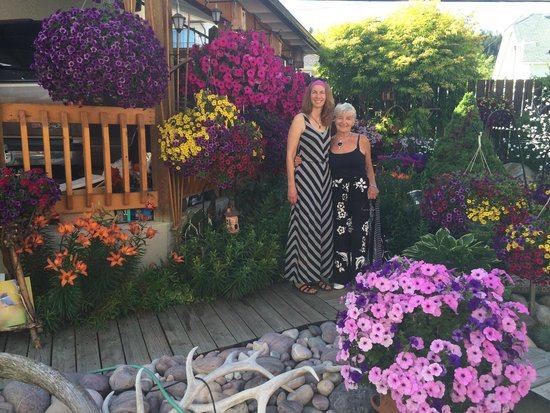 Austrian Haven Bed and Breakfast: My wife and Annelies in the beautiful backyard.