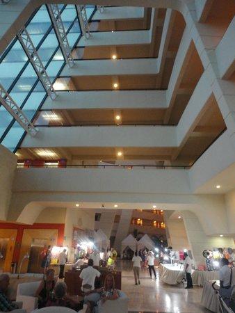 Crown Paradise Club Cancun: Interiores del hotel