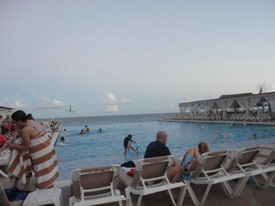 Crown Paradise Club Cancun: Piscina del hotel con vista al mar