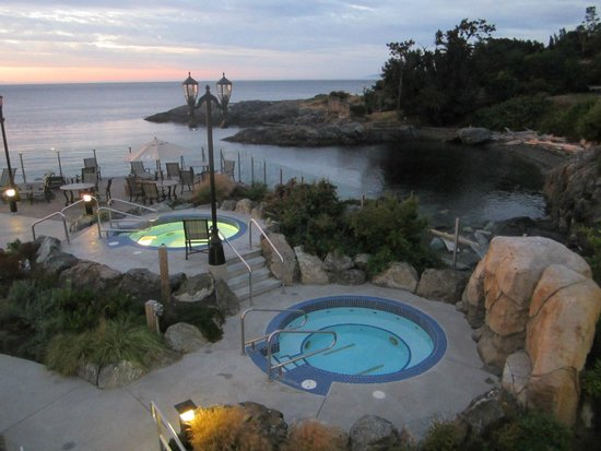 Oak Bay Beach Hotel: Hotel grounds