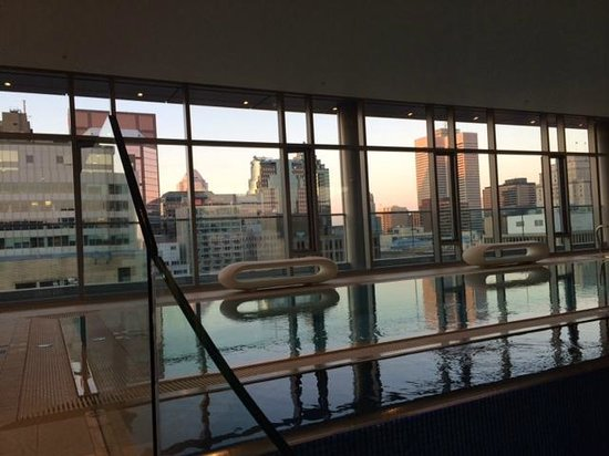 The Ritz-Carlton, Montreal : Roof top pool with view