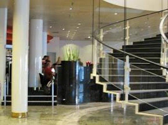 Radisson Blu Royal Hotel Copenhagen : ロビー(フロントは小さい、というか一人ぽつんと座っている、笑)