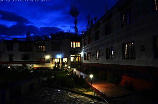 Mahey Retreat: Hotel at Night