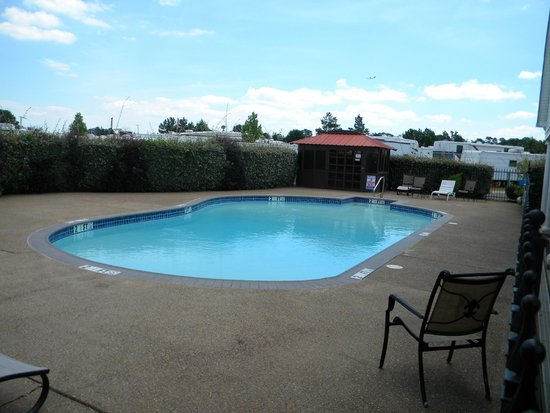 Ez Daze RV Park: A beautiful, clean pool.