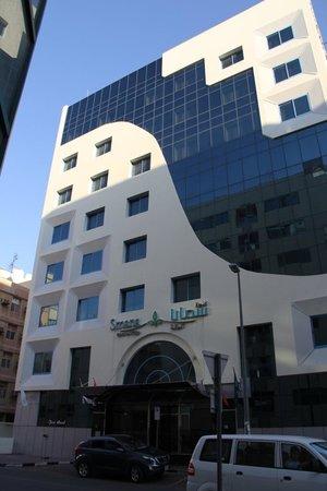 Smana Hotel Al Riqa: Со стороны отель выглядит даже прилично