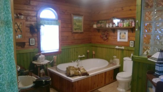 Shawnee Hill Bed and Breakfast : Whirlpool Tub