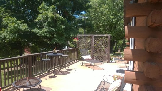 Shawnee Hill Bed and Breakfast : Some of the wrap around deck