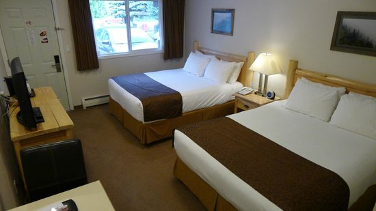 Swiss Chalet Motel : 2 Double Beds in Room #11