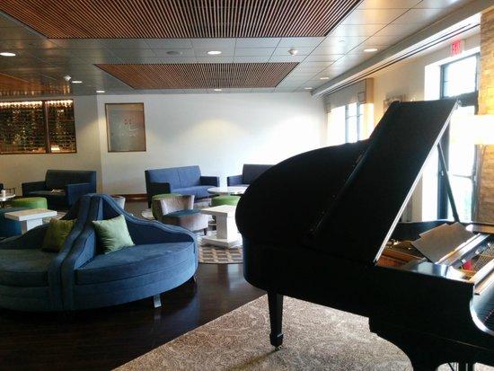 Wyndham Garden Buffalo Williamsville: Piano in the lobby