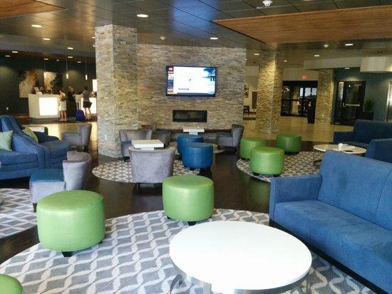 Wyndham Garden Buffalo Williamsville: Lobby with flat screen