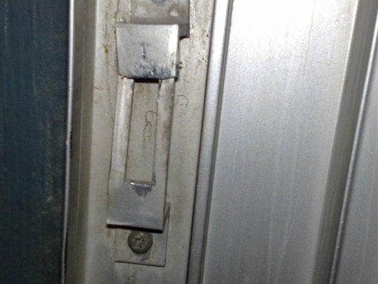 Hooters Casino Hotel: 壊れているベランダの窓