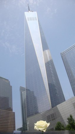 Mémorial du 11-Septembre : freedom tower from the reflection pool