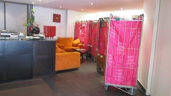 Appart Hotel Cosy Cadet : Lobby de hotel con ropa de ropa de habitacion