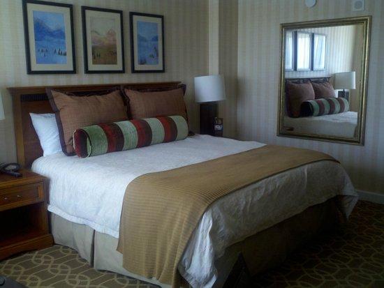 Omni Interlocken Hotel : King bed