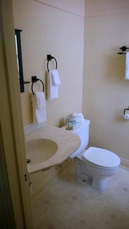 Dow Villa Motel: Small historic size bathroom in the room.