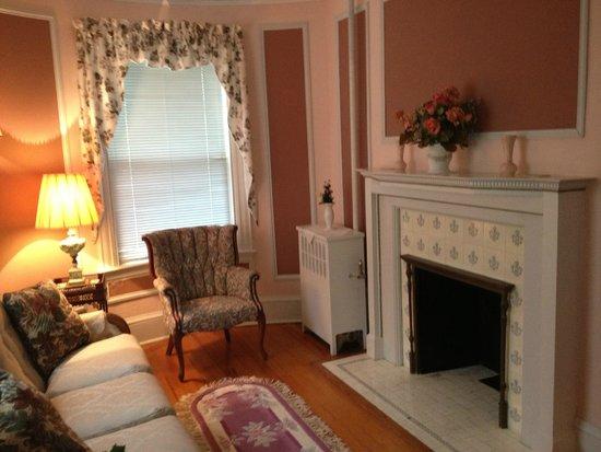 Idlwilde Inn : Sitting room of the master suite (Room 6)