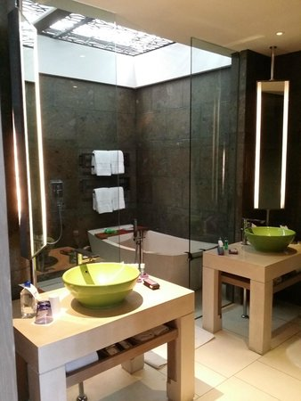W Bali - Seminyak: Natural sunlight into the bathroom
