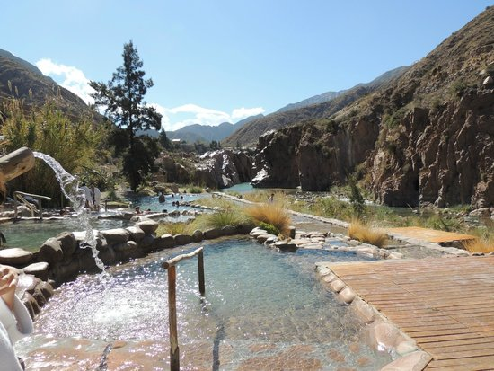 Hotel & Spa Termas Cacheuta : Zona de piletas de agua termal al pie de la montaña