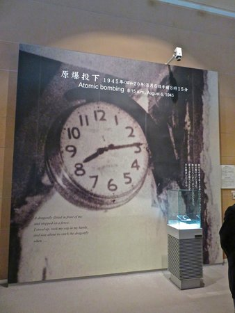 Hiroshima Peace Memorial Park : Museum...time the bombing began