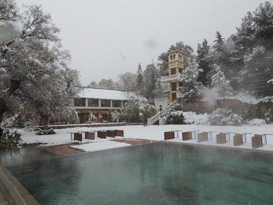 Hotel & Spa Termas Cacheuta: Vista del hotel desde el jardín y la piscina de agua termal
