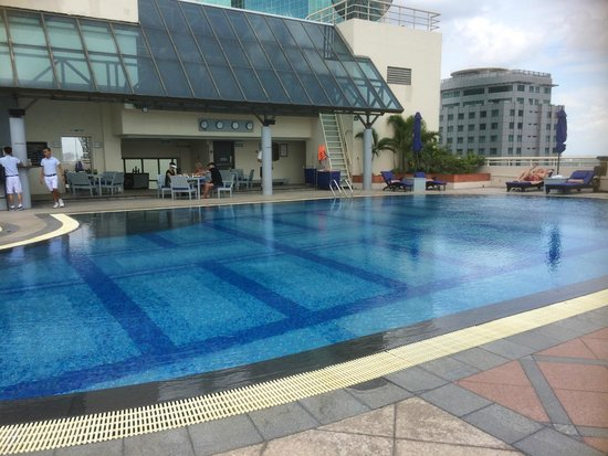 Sofitel Saigon Plaza: Rooftop pool area