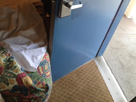 Howard Johnson Inn Cleveland Airport : Crammed two beds in a room only intended for one. Door opens half way.