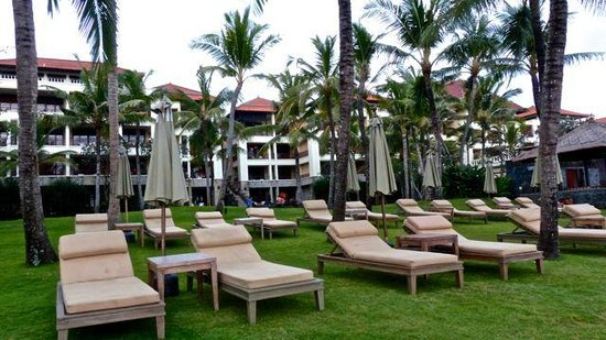 The Legian Bali: Ample loungers for sun bathing.