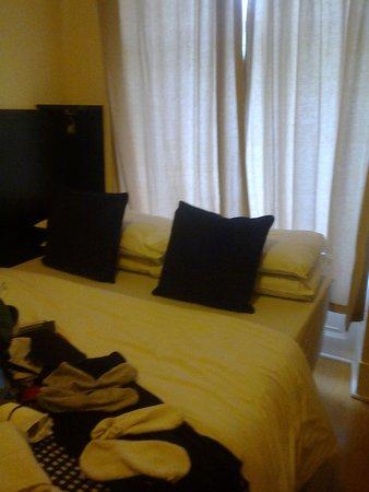 Studios2Let Serviced Apartments - Cartwright Gardens: Cama con las cortinas que dan a la calle
