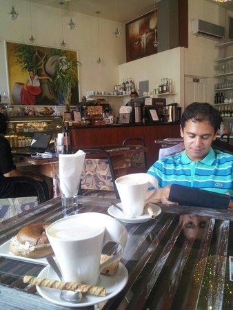 Casa Sucre Coffeehouse: Vista hacia el meson donde se ordena.