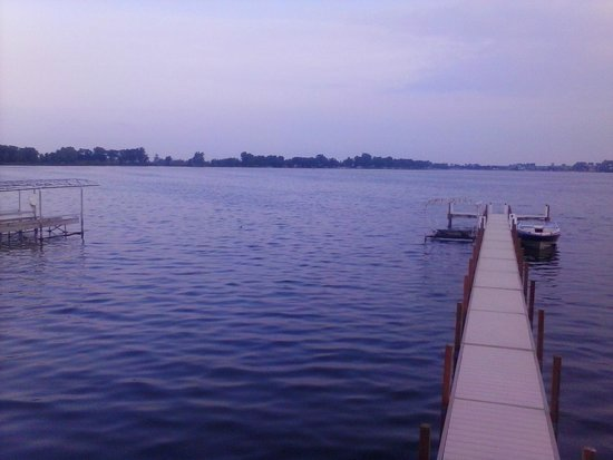 Boulders Inn & Suites : Out back at the lake