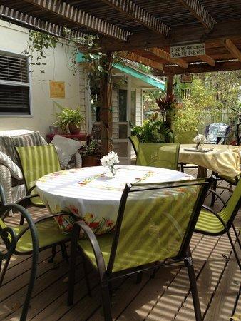 Mango Street Inn: Relaxing dining area for comp breakfast