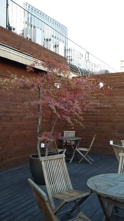 Hotel Skypark Myeongdong I : Outdoor patio located by check-in desk