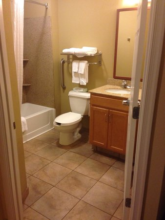 Candlewood Suites Virginia Beach / Norfolk: Loved the spacious bathroom!