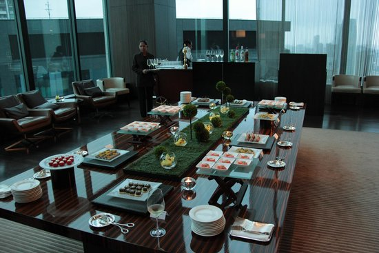Conrad Tokyo: Buffet layout in lounge