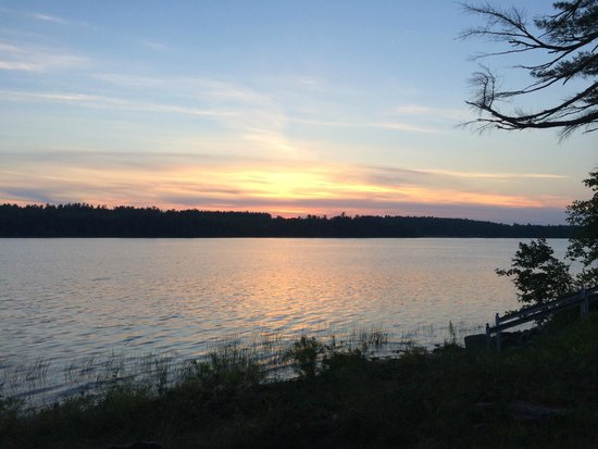 Wolf Cove Inn: Tripp Lake - sunset - view from water's edge