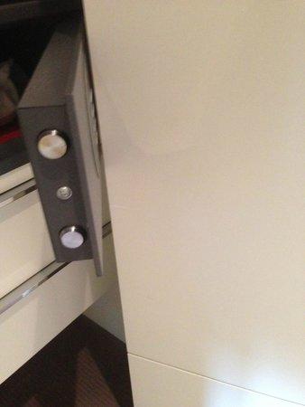 Grand Hotel Via Veneto: Safe door that smacks into the closet door