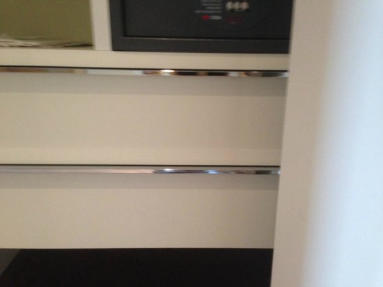 Grand Hotel Via Veneto: Drawers that can't be pulled out because of closet door