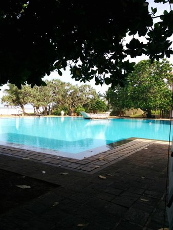 Heritance Ahungalla: Huge swimming pool near the beach