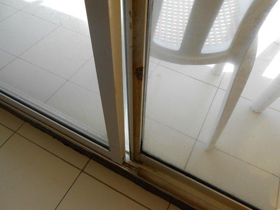 Apartahotel Tres Casitas: puerta en mal estado