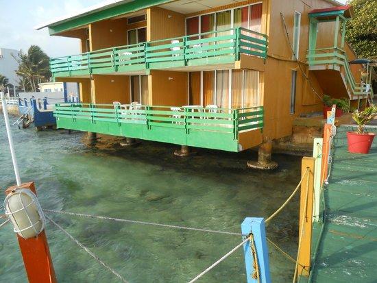 Apartahotel Tres Casitas: no hay camaras de seguridad ,puertas de balcones inseguras