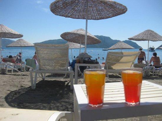 Golden Rock Beach Hotel : cocktails on the beach