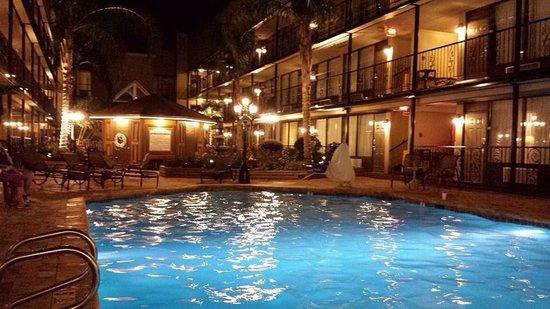 BEST WESTERN PLUS Westbank: The hotel courtyard