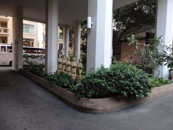 Pantip Suites Sathorn: Area outside Entrance Lobby
