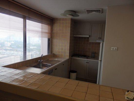 Pantip Suites Sathorn: Kitchen