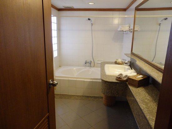 Pantip Suites Sathorn : One of the Bathrooms