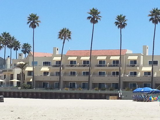 Sandcastle Inn: View of hotel from the beach