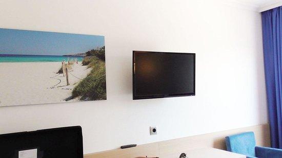 Hotel Agua Beach: Room and flat-tv
